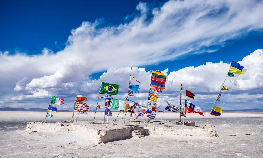 Bandiere del mondo su di una spiaggia